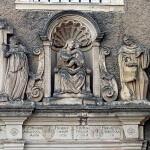 Figurengruppe von 1734 über dem Portal der Klosterkirche
